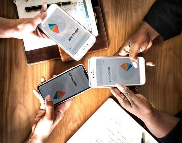 Online communicatie voor branding: merkbeleid-tekst met taartdiagram op smartphones die op elkaar afgestemd worden