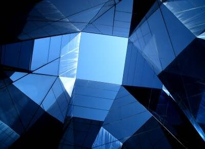 top view: lichtblauwe lucht uitzicht tussen allerlei blauwe spiegelramen facetten